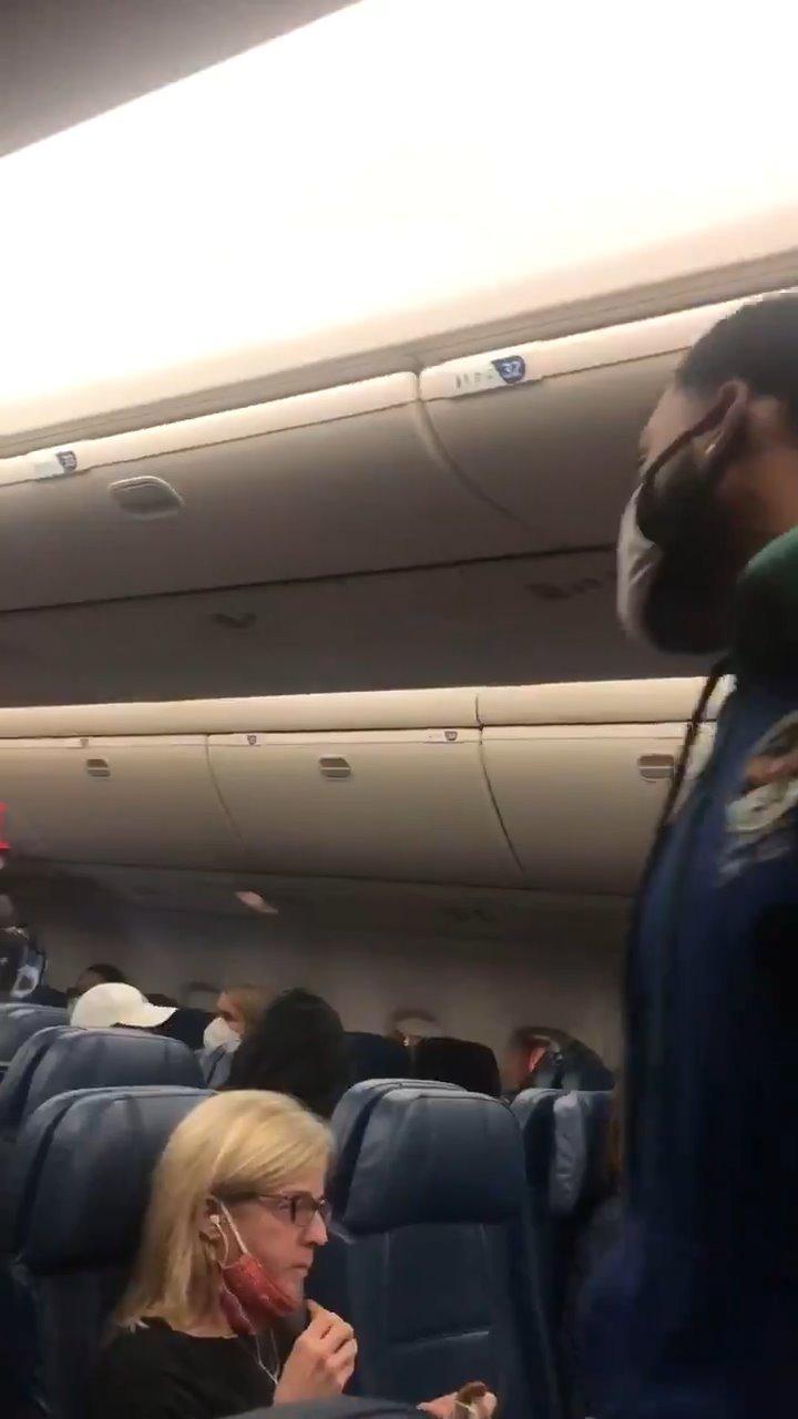 视频:乘务员提示旅客佩戴口罩,延误航班4小时